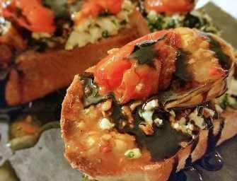 Crostini aux tomates <br>grillées et feta aux herbes