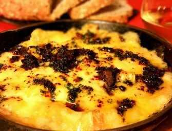 Fromage fontina fondu aux tomates séchées, à l'ail et aux herbes fraîches