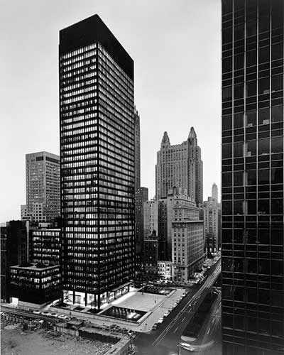 Ezra Stoller. Seagram Building, Mies van der Rohe et Philip Johnson, architectes; Kahn et Jacobs, architectes associés; Phyllis Lambert, directrice de la planification. Vue du nord-ouest au crépuscule, 375 Park Avenue, New York, 1958. Épreuve argentique à la gélatine. Crédit photo : CCA