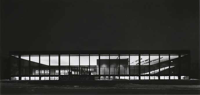 Richard Nickel. Extérieur du Centre Saidye Bronfman en soirée, 1968. Phyllis Lambert, architecte. Épreuve argentique à la gélatine Crédit photo : Fonds Phyllis Lambert, CCA.