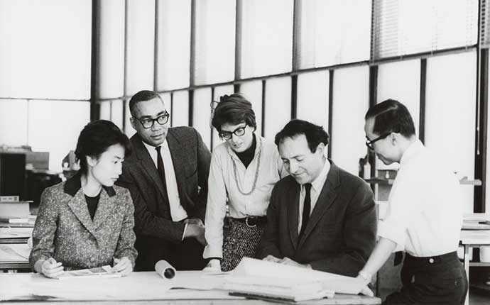 Phyllis Lambert, David Sharpe, Myron Goldsmith, Jin Hwan Kim et un étudiant non identifié, cours-atelier de maîtrise, Crown Hall, Illinois Institute of Technology (IIT), vers 1961. Crédit photo : Fonds Phyllis Lambert, CCA