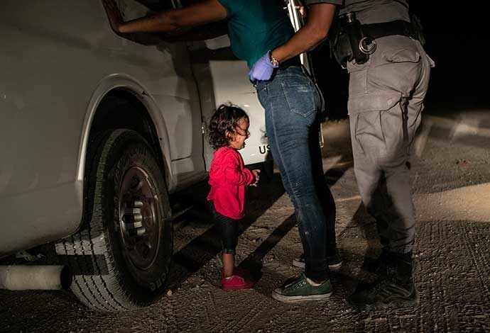 Fillette en pleurs à la frontière_John Moore_Getty Images