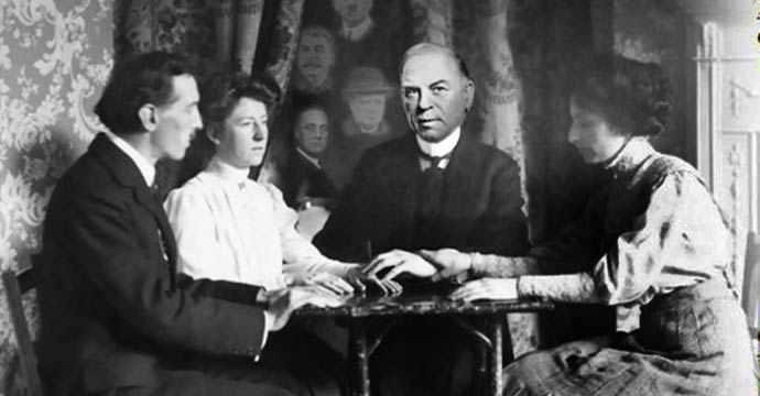 William Lyon Mackenzie King at a seance